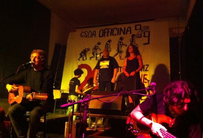 Eugenio Bennato canta ad Officina 99 per i 20 anni di occupazione del centro sociale
