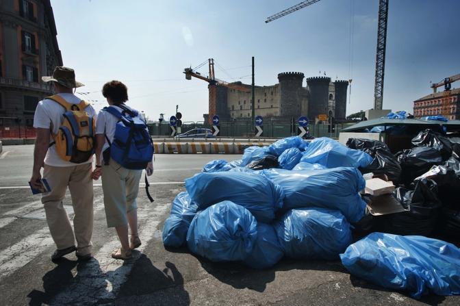 Turisti costretti a tapparsi il naso o scappare davanti all'olezzo provocato dai cumuli ammassati per le strade