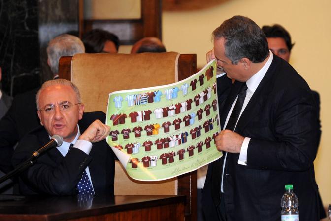 Claudio Lotito e Vincenzo De Luca e mostrano il prototipo delle magliette
