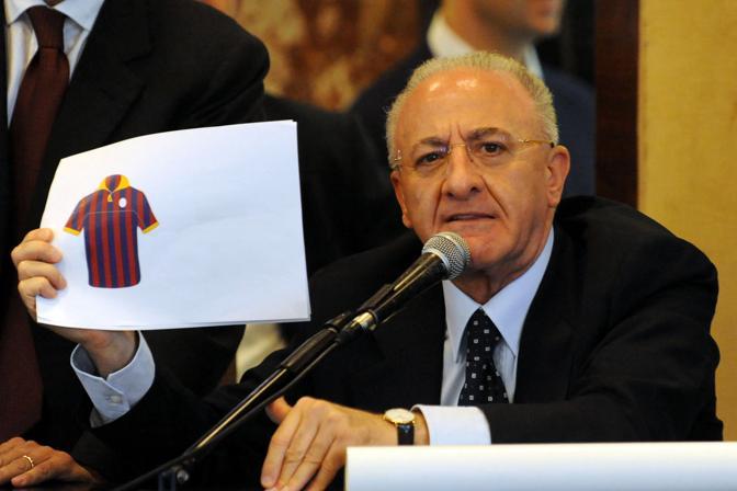 Nella foto de luca mostra quello che dovrebbe essere la nuova maglia della squadra in stile Barcellona