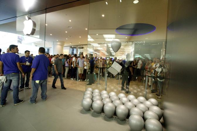 Centro campania l 39 inaugurazione dell 39 apple store for Apple store campania