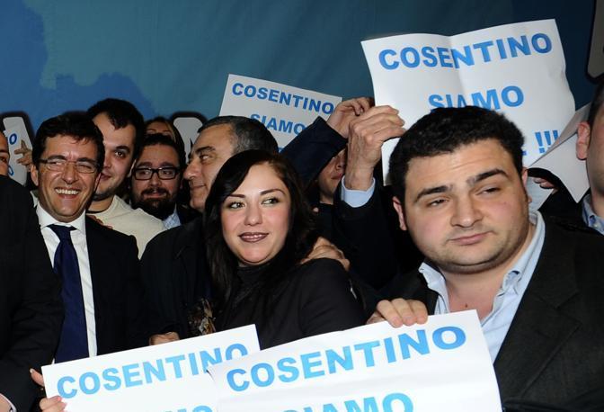 I sostenitori di Nicola Cosentino, al centro il presidente della Provincia Luigi Cesaro