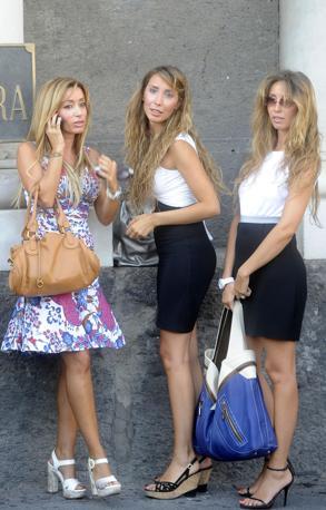 È il 2008: Eleonora e Imma De Vivo, davanti alla prefettura con una amica in attesa di Berlusconi, all'epoca premier, in visita a Napoli.