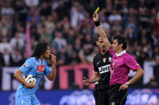 Foto Fabio Ferrari - LaPresse 20 10 2012 Torino ( Italia ) Juventus - Campionato Serie A Tim - Stagione 2012-2013 - Nuovo Stadio della Juventus - Juventus vs Napoli Nella foto Cavani ammonizione photo Fabio Ferrari - LaPresse 20 10 2012 Turin ( Italia ) Juventus - Italian Football Championship League A Tim 2012 2013 - New Juventus Stadium of Turin - Juventus vs Napoli in the pic Cavani