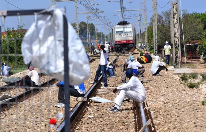 Bari rivolta al centro Cara nella foto il blocco della ferrovia