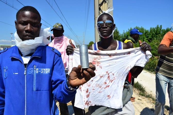 Bari rivolta al centro Cara nella foto mostrano i bossoli dei lacrimogeni e le maglie sporche di sangue