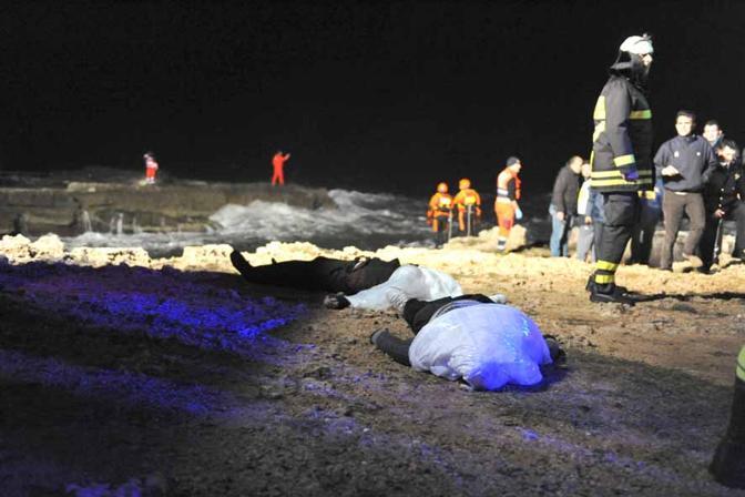 Nel mare di Santa Sabina i corpi dei migranti recuperati in mare (Ph. Tasco)
