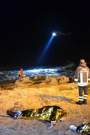 Gli elicotteri che hanno illuminato la zona per agevolare i soccorsi (Ph. Arcieri/Ansa)