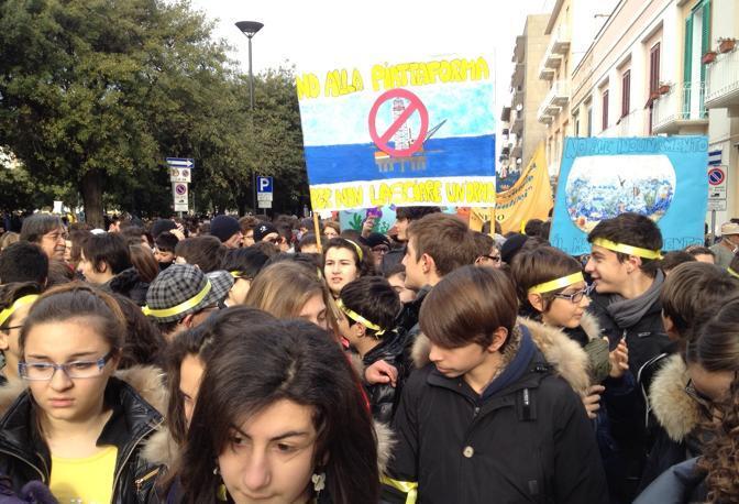 La manifestazione di Monopoli raccoglie le proteste di tutta la Puglia: non alle trivelle nell'Adriatico