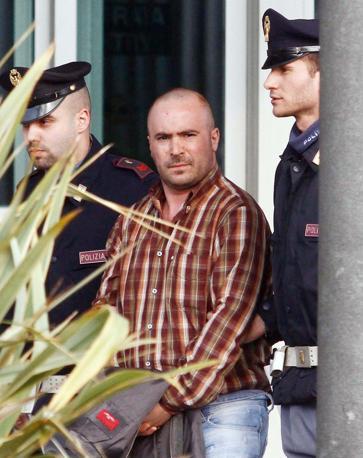 Mario Albanese scortato dagli agenti