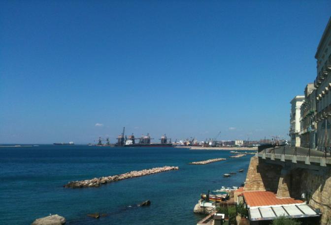 «Il cielo di #Taranto il 27 luglio alle 11, con l' #Ilva a produzione ferma» (Twitter)