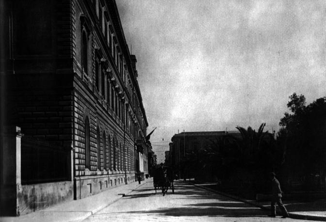 Una carrozza davanti all'Ateneo negli anni Venti