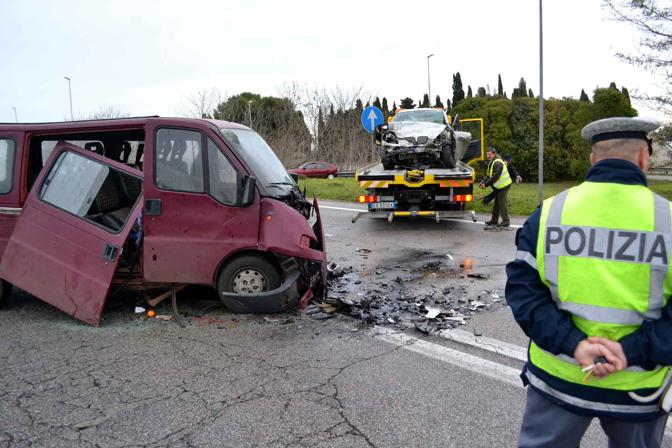 Incidente stradale sulla Statale 100: due morti e sei feriti