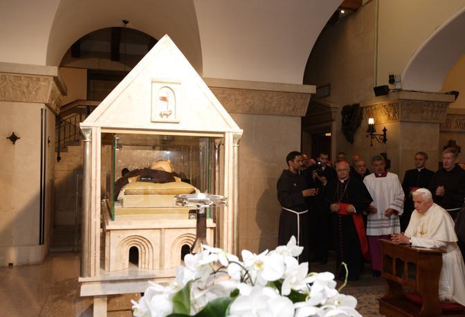 21 06 2009 San Giovanni Rotondo Italia Visita del Papa Benedetto XVI al Santuario di Santa Maria delle Grazie Il Santo Padre in venerazione delle spoglie di San Pio da Pietrelcina nella Cripta del Santuario