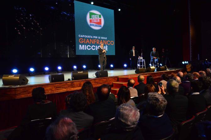 Teatro team di Bari: Raffaele Fitto e i candidati alle europee di Forza Italia