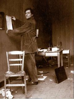 Modigliani nel suo atelier, foto di Paul Guillaume (Parigi, 1915)