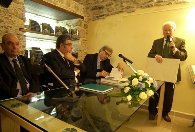 Gli interventi e al tavolo, da destra verso sinistra, Vittorio Sgarbi, il sindaco di Taormina Mauro Passalaqua e l'assessore al Turismo Italo Mennella