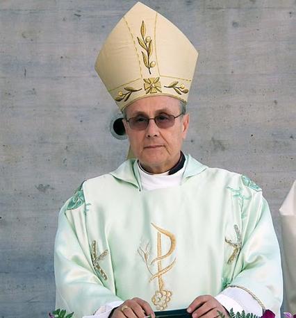 Monsignor Mogavero, vescovo di Mazara del Vallo, per l'inaugurazione della nuova chiesa di Pantelleria ha indossato paramenti disegnati da Giorgio Armani, che dell'isola è cittadino onorario