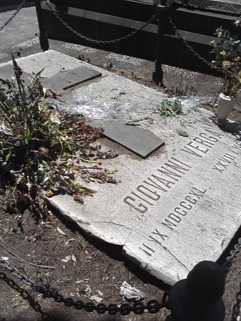 La tomba Giovanni Verga nel cimitero monumentale di Catania: versa in pessime condizioni (ph. Agenzia Italpress)