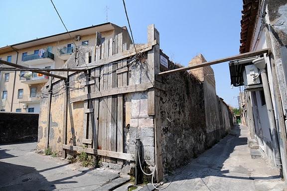Quartiere cibali a rischio crollo corrieredelmezzogiorno for Case abbandonate italia