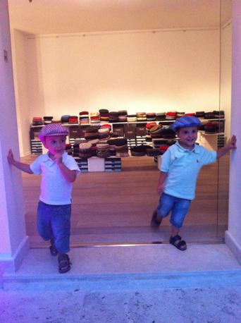 Due piccoli modelli all'inaugurazione dello store
