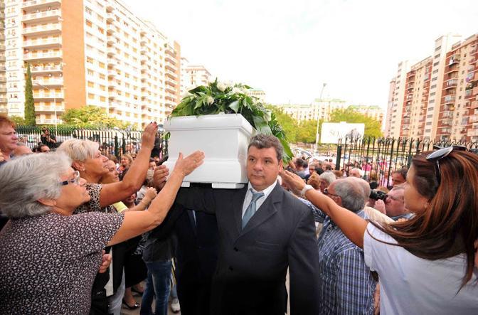 La bara bianca della ragazza uccisa a Palermo è stata accolta da migliaia di applausi al suo ingresso in chiesa