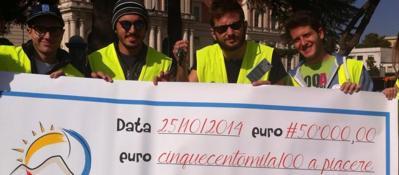 Flashmob contro i parcheggiatori abusiviE de Magistris regala grattini per la sosta