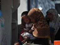 Migranti, mentre sbarca a Brindisi giovane partorisce bimbo