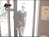 Minorenne punta pistola contro cliente e rapina una farmacia