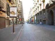 Turista tedesca a Napoli sorpresa a rubare: reagisce e picchia agenti
