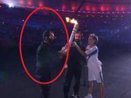 Paralimpiadi di Rio, la tedofora cade Un pugliese l'aiuta a rialzarsi