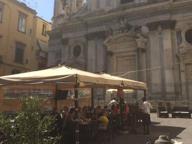 Tavoli della pizzeria ai Girolamini, i carabinieri sequestrano il gazebo