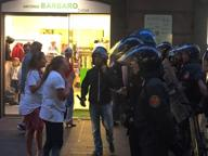 Napoli, metti una carica di polizia nell'ora dello shopping