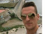 Milik fa il turista, selfie con l'isolotto di Nisida