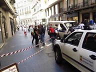 Via Toledo, crolla un cornicione: strada chiusa e pericolo per i passanti