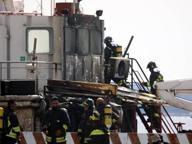 Esplode un rimorchiatore, due feriti Taranto, paura in porto: rogo domato