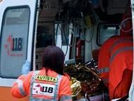Scontro auto e un bus di studenti Muore una donna, due i feriti