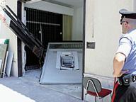 Assalti ai bancomat, tre colpi Nella notte ladri in fuga con i soldi