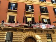 Manifestanti occupano la sala del Consiglio comunale di Napoli