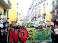 Napoli, il corteo degli studenti paralizza il traffico in città