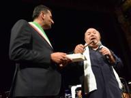 Le chiavi della città a Lino Banfi e l'Anci fa festa al Petruzzelli
