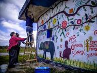 Un murales firmato da sedici ragazzi rifugiati richiedenti asilo