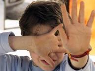Maltrattamenti e insulti razziali a bimbi stranieri, indagata maestra