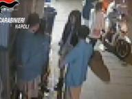 Napoli, stesa in via Toledo: arrestati due cugini, raduno degli amici (e smartphone) per assistere al raid