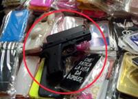 La nuova cover per cellulari è a forma di pistola