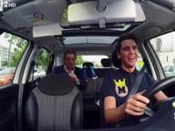 Mika, un giorno da tassista a Napoli