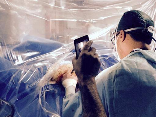 Lampade spente in sala operatoria interventi con la luce del