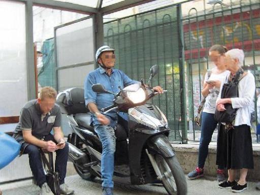 Pellegrini, ufficio prenotazioni: sala d'attesa per pazienti e moto