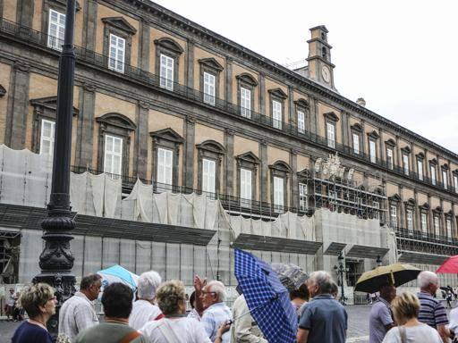 Napoli, via i panelli da Palazzo Reale Sorpresa: adesso è di colore giallo