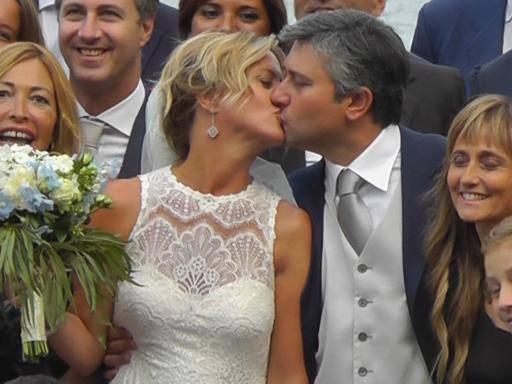 Lorenzin dice «sì» a Capri Sull'altare con i gemelli